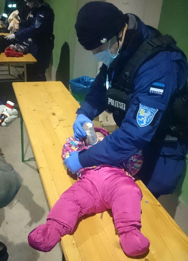 Kiirreageerija Märten väikelast abistamas. Foto: Lõuna prefektuuri Facebook