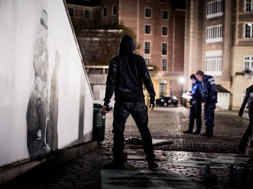 Edward von Lõngus ööpimeduses Brüsseli tänaval. Foto: Ruudu Rahumaru