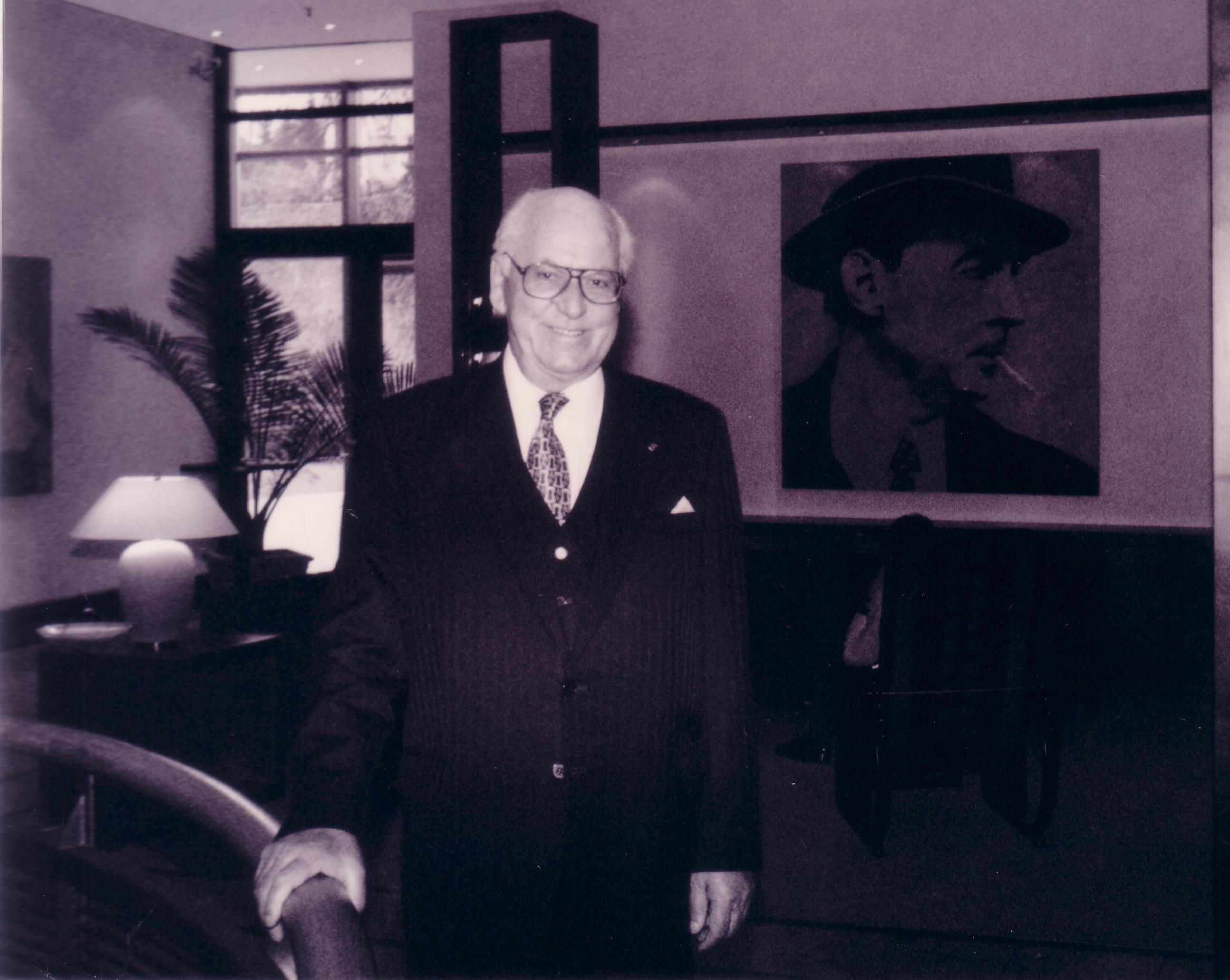 Lennart Meri, kellest sai 1992. aastal – pärast kaht aastat välisministrina Edgar Savisaare alluvuses – Eesti president kuni aastani 2001. Pildil koos Erich Maria Remarque'i portreega. Foto: Jens-Olaf Walter (CC by 2.0)