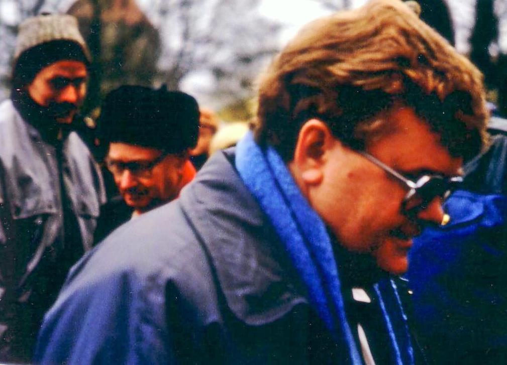 Edgar Savisaar pärast peaministriametist vabastamist 1992. aastal Toompealt lahkumas. Ent ta tuli tagasi. Foto: Jens-Olaf Walter (CC by 2.0)