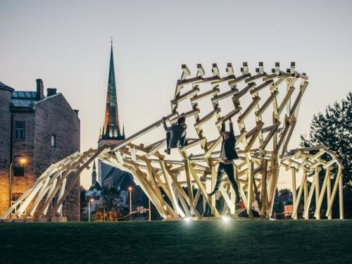 """Eesti esimene parameetrilist tehnikat kasutades konstrueeritud puitinstallatsioon """"Keha ehitus"""", mis koosneb ligi 236 erinevast tükist ja 450 erisugusest tapist. Foto: Tõnu Tunnel"""