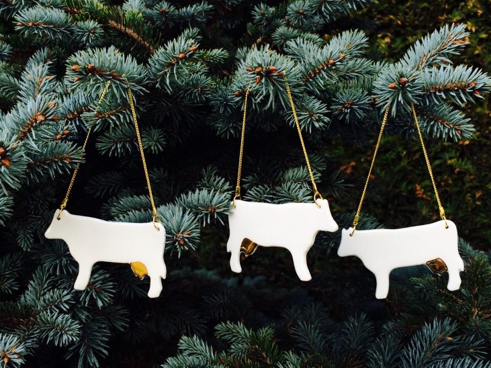 JO Ceramicsi lehmad, mida võib vabalt riputada nii kaela kui kuusele. Foto: Jane Oblikas