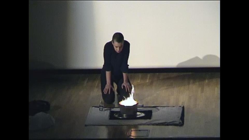 """Ene-Liis Semperi performance """"Raha"""" konverentsi """"Rahakompass"""" lõpetamisel 21. oktoobril 2000 Eesti Rahvusraamatukogus. Foto: Eesti Kunstimuuseum"""