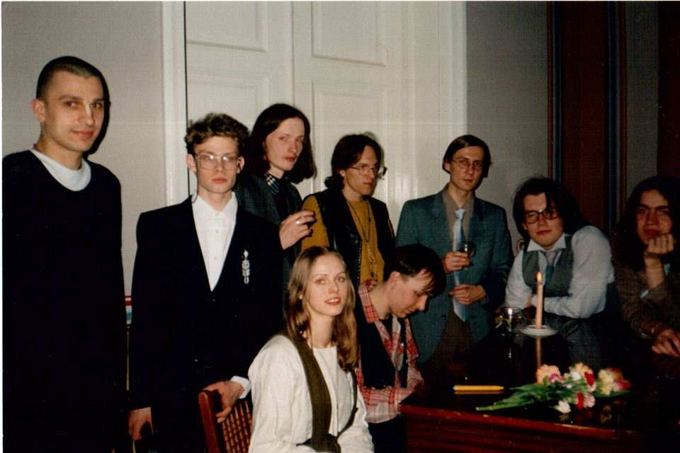 Erakkond 1997. aastal. Üleval reas Mathura, Berk Vaher, Mehis Heinsaar, Marko Kompus, Kalju Kruusa, Aare Pilv, Andreas Kalkun, all Kristiina Ehin ja Lauri Sommer. Foto: erakogu