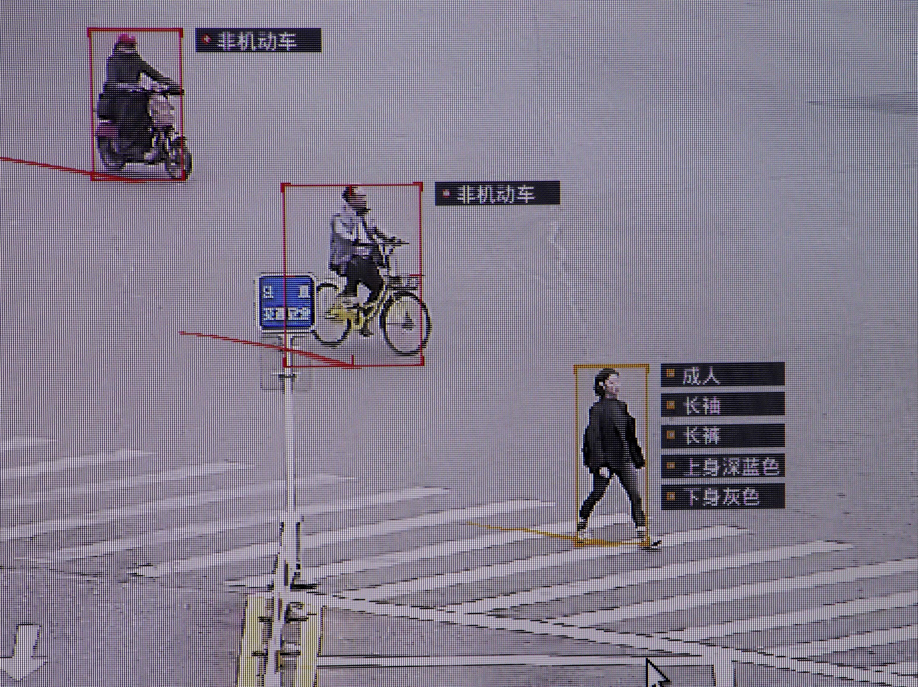 Ettevõtte SenseTime väljatöötatud tarkvara tuvastab kaamerate abiga mööduvaid inimesi ja sõidukeid. Foto: Thomas Peter / Reuters / Scanpix