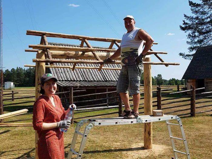 Eva Mustonen koos Seto Talumuuseumi ehitusmehega kunstiteost ette valmistamas. Foto: Kunstnikud kogudes