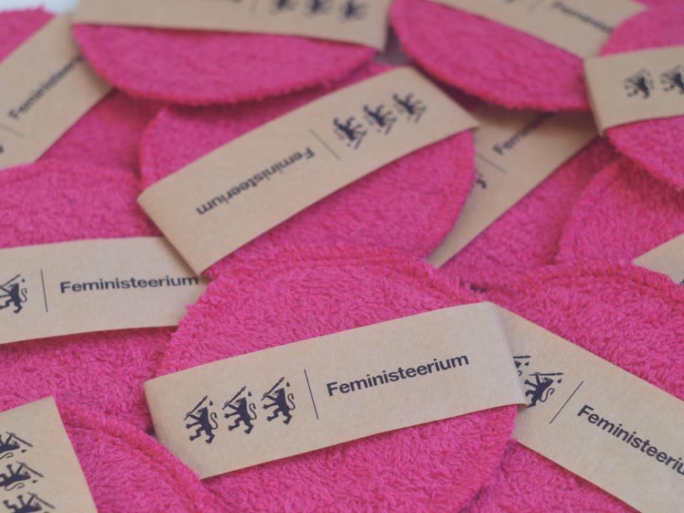 Feministeeriumi nullkuluesemete kollektsioon koosneb esemetest, mis on 1) keskkonnale ohutud 2) korduskasutatavad, aastaid 3) tehtud siinsamas, Eestis, väikeseeriana. Fotol näopesupadjad. Foto: Maryliis Teinfeldt