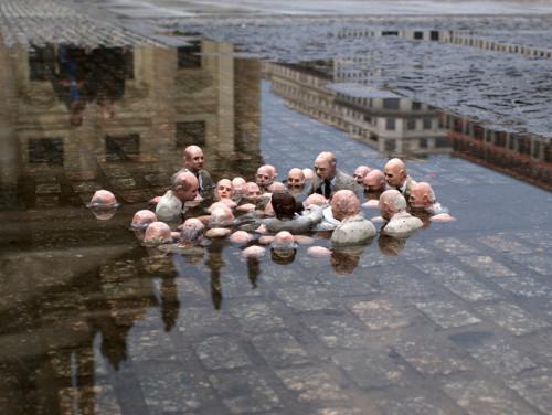 """Isaac Cordal, """"Järgne juhtidele"""" (2011, Berliin). Rahvakeeli tõlgendatud kui """"Poliitikud arutavad kliimasoojenemise üle"""". Foto: autori koduleht cementeclipses.com"""