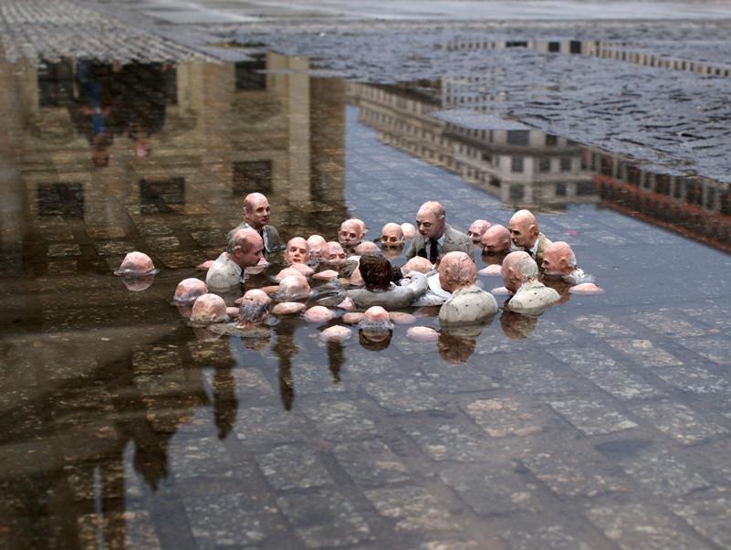 """Isaac Cordal, """"Järgne juhtidele"""" (2011, Berliin). Rahvakeeli tõlgendatud kui poliitikud, kes arutavad kliimasoojenemise üle. Foto: autori koduleht cementeclipses.com"""