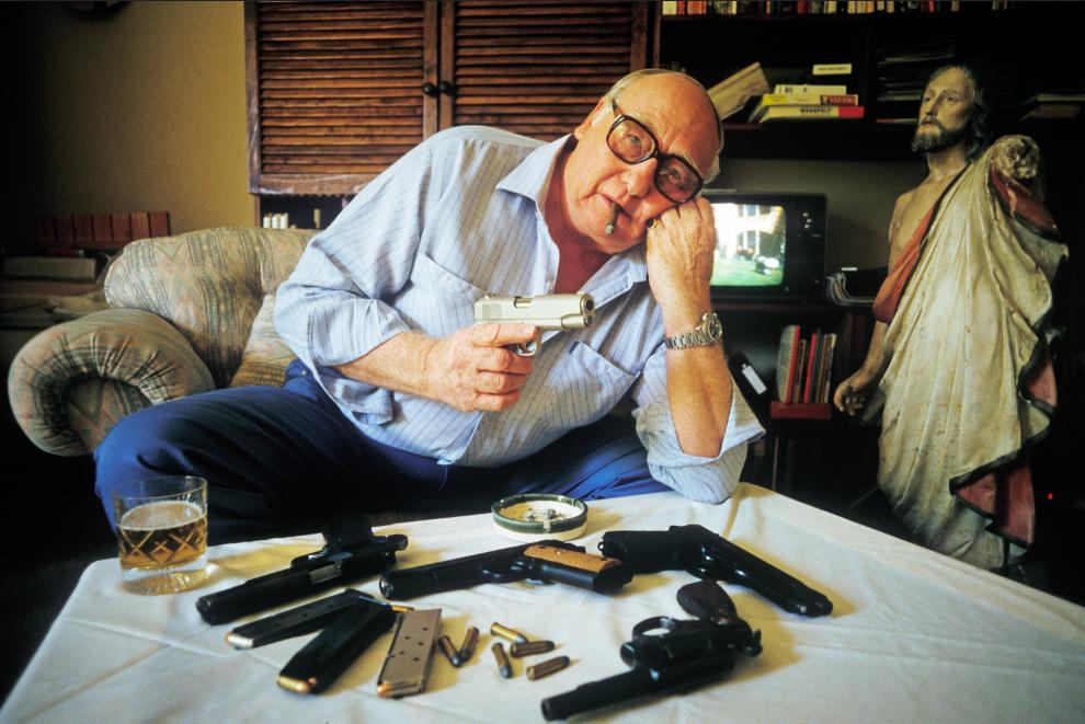 Valge Lõuna-Aafrika 64-aastane pensionär Larry Bennett näitab Johannesburgis oma tulirelvade kollektsiooni. Foto: Juhan Kuus, Sipa press, märts 1986