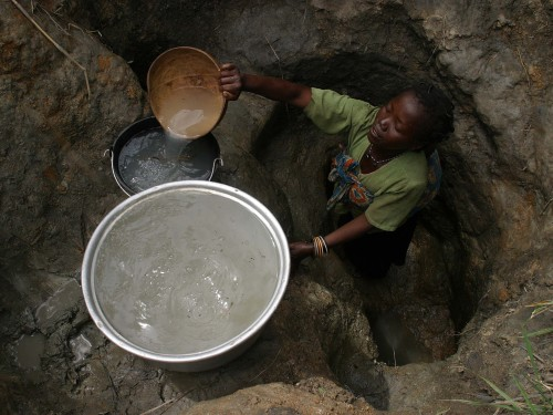Piiratud ligipääsu tõttu puhtale veele kannatab kolmandates riikides paljude laste ja noorukite – iseäranis tüdrukute – haridus, kuna nad on igapäevaselt hõivatud vee otsimise ja kogumisega. Foto: Pierre Holtz, UNICEF (CC BY 2.0)