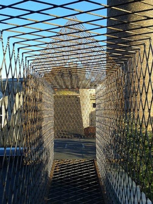 """Kaader EKKMi näituselt """"MUST MAJA. Märkmeid arhitektuurist"""". Teose autor on välkloengu üks esinejatest kunstnik Neeme Külm. Foto: Anu Piirisild"""