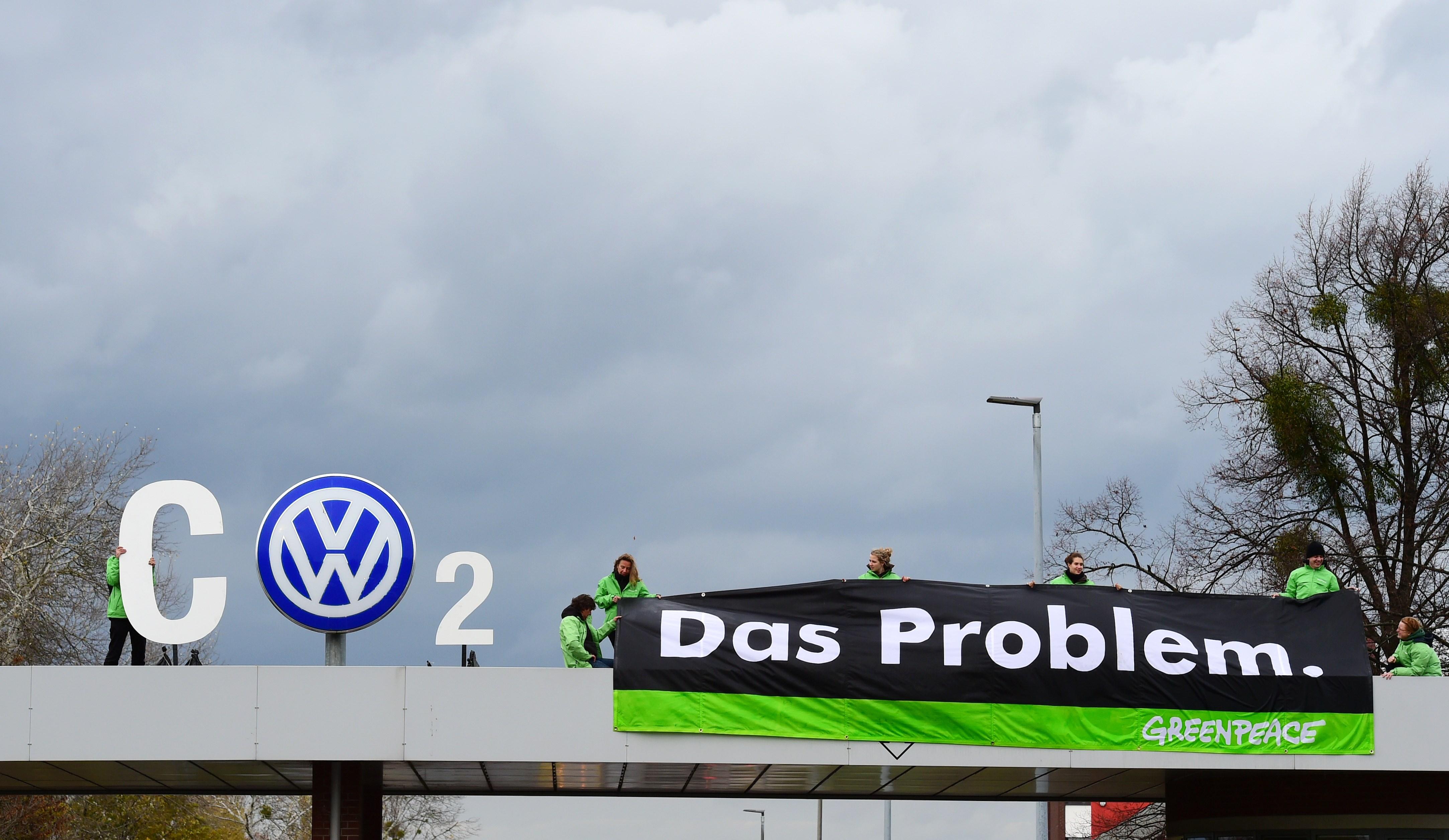 Protestijad on okupeerinud heitgaasinäite võltsinud autotootja Volkswageni Wolfsburgi tehase sissepääsu. Foto: John MacDougall / AFP