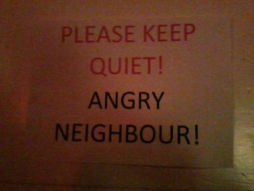 Hoiatus festivaliklubi uksel. Foto: Mairika Plakso