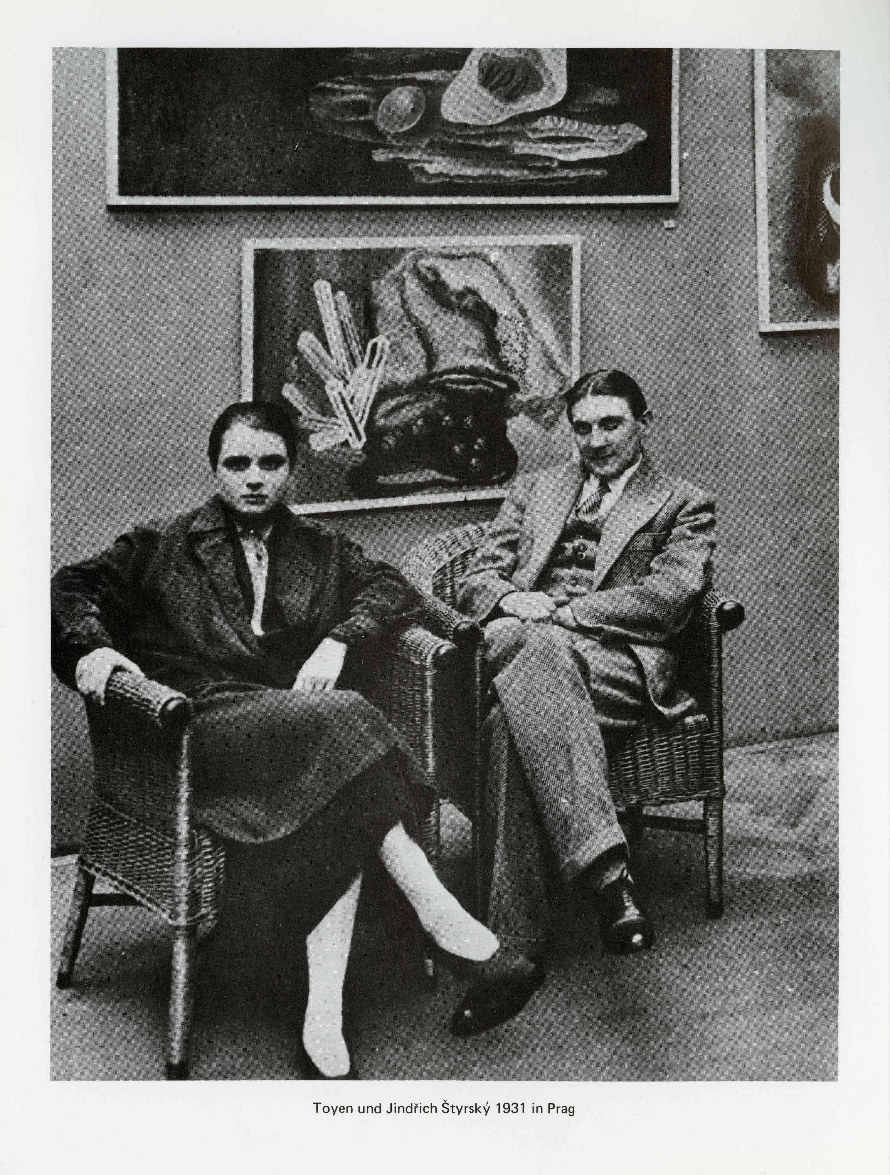 Tšehhi kunstnikeduo Toyen ja Jindřich Štyrský 1931. aastal Prahas artifitsialistliku maalikunsti taustal. Foto: Jiři Hampl