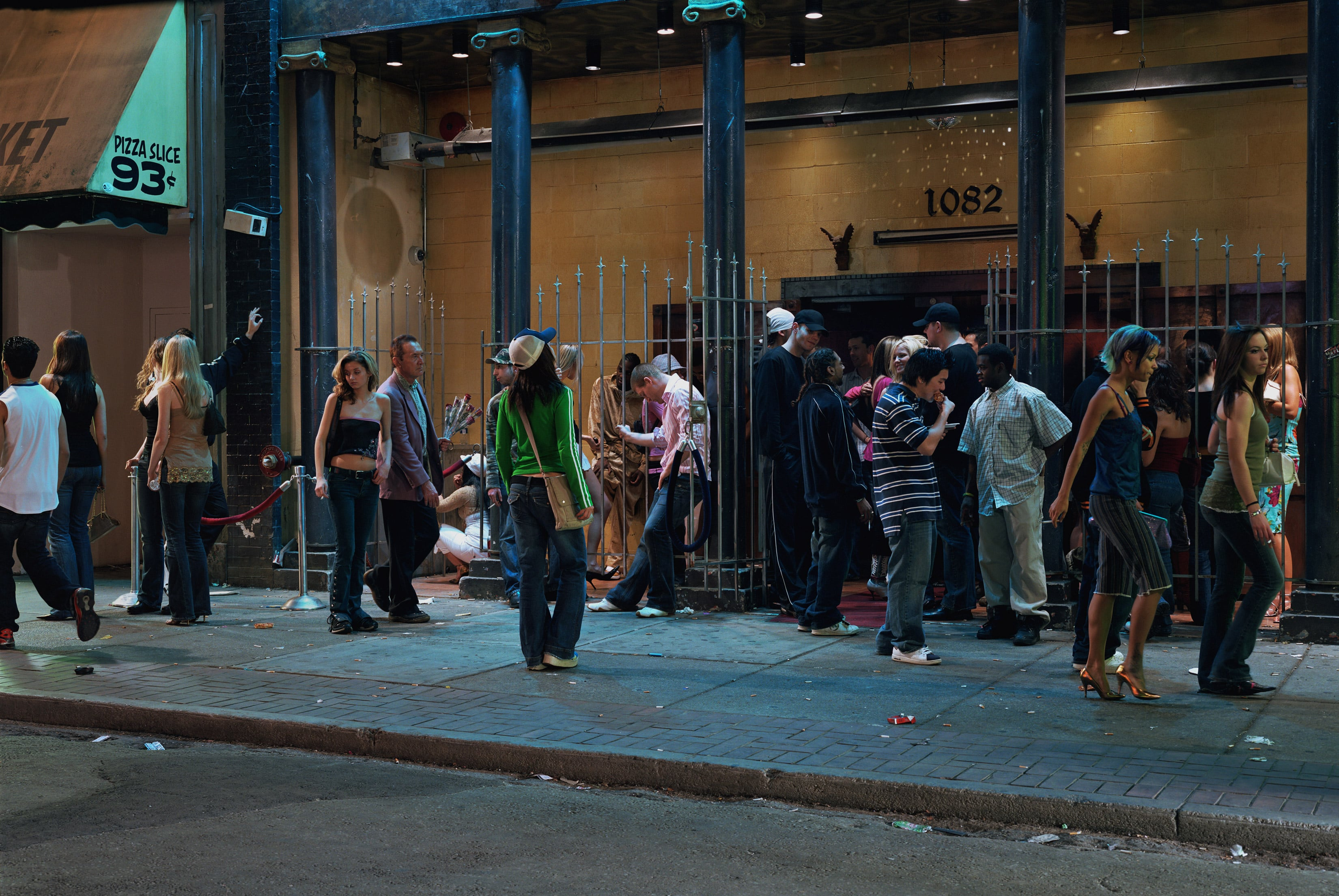 "Jeff Walli foto ""In Front of a Nightclub"", 2006. Avaldatud autori loal"