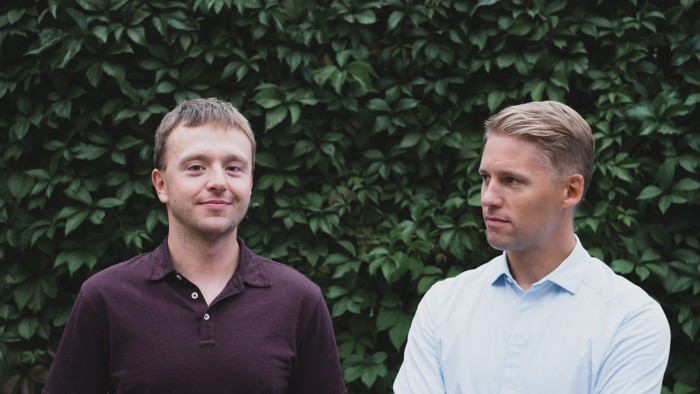 """Telliskivi sisujuht Raimo Matvere (vasakul) ja tegevjuht Jaanus Juss (paremal) on loonud tänu Telliskivile soodsa kasvupinnase tervele Kalamajale. """"Me ei näe ennast kinnisvaraarendajatena, vaid pigem aednikena, kes vaatavad, kuidas taim peenral kasvab, ja üritavad seda võimalikult vähe torkida,"""" ütleb Juss. Foto: Janis Kokk"""