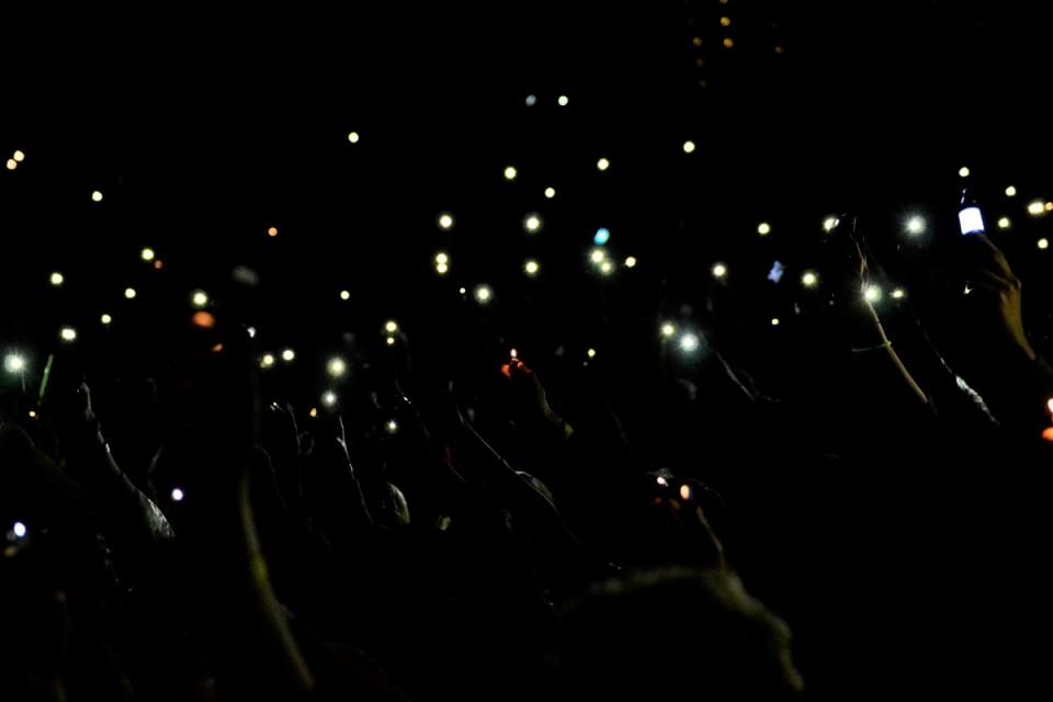 Intsikurmu tuledemeri kooseisus valgustid, välgumihklid ja nutitelefonid