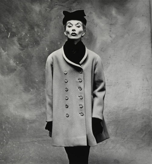 Irving Penn. Balenciaga väike mantel (Lisa Fonssagrives-Penn). 1950, Pariis.
