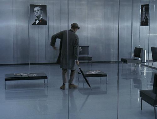 """Jacques Tati filmis """"Playtime"""" (1967) keeldub härra Hulot teda ümbritsevat vaatemänguühiskonda tõsiselt võtmast. Kaader filmist"""