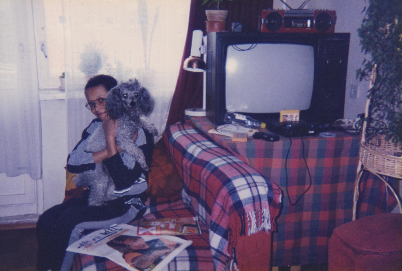 Fotole on jäänud selle artikli peategelased: autori süles on puudel Kärry, taamal paistab kineskoopteler koos mängukonsooli ja kollaste kassettidega. Ajastuvaimu annavad edasi ka noorteajakirjad Meie Meel ning Xpress. Foto: erakogu
