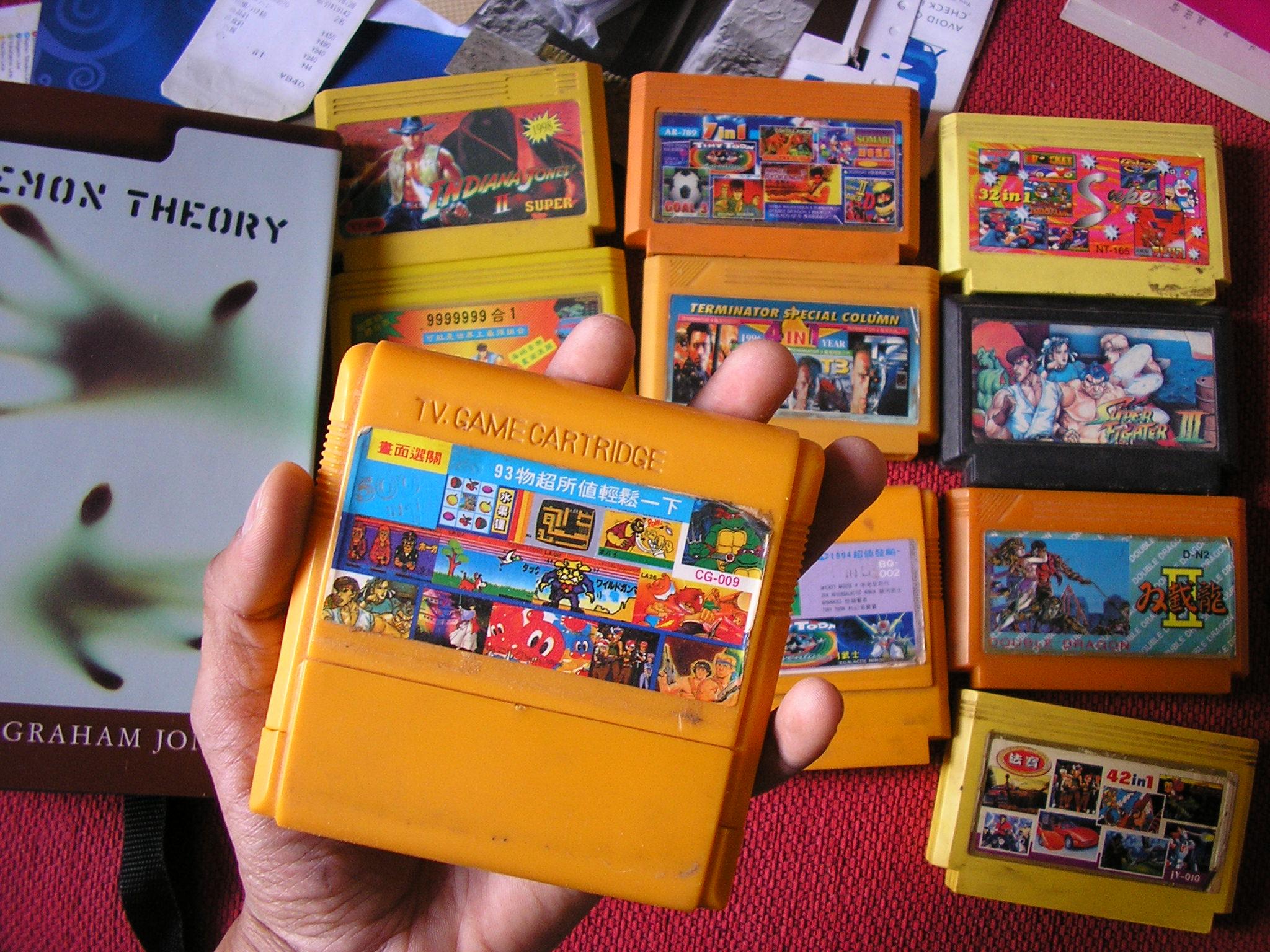 """Jim hoiab käes oma elu esimest kollast kassetti. Pildil paremal on näha """"Street Fighter III"""", mäng, mille omamise nimel poisid tänavatel päriselt kaklesid. Foto: Jim Ashilevi"""