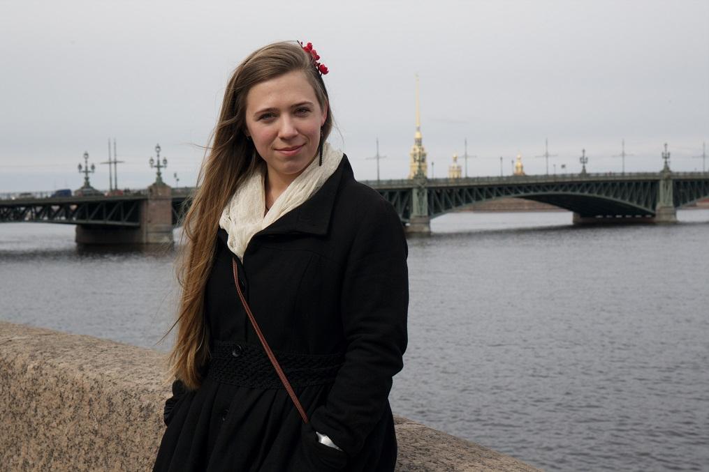 Johanna Troitski silla taustal, mida ilmestavad eesti kujuri Amandus Adamsoni taiesed. Foto: Aleksandr Palaev