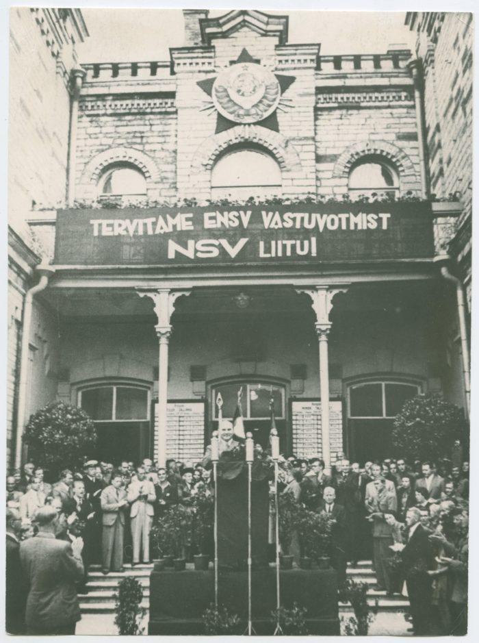 Moskvast saabunud Johannes Vares kuulutamas Balti jaamas välja ENSVd. Foto: Rahvusarhiiv