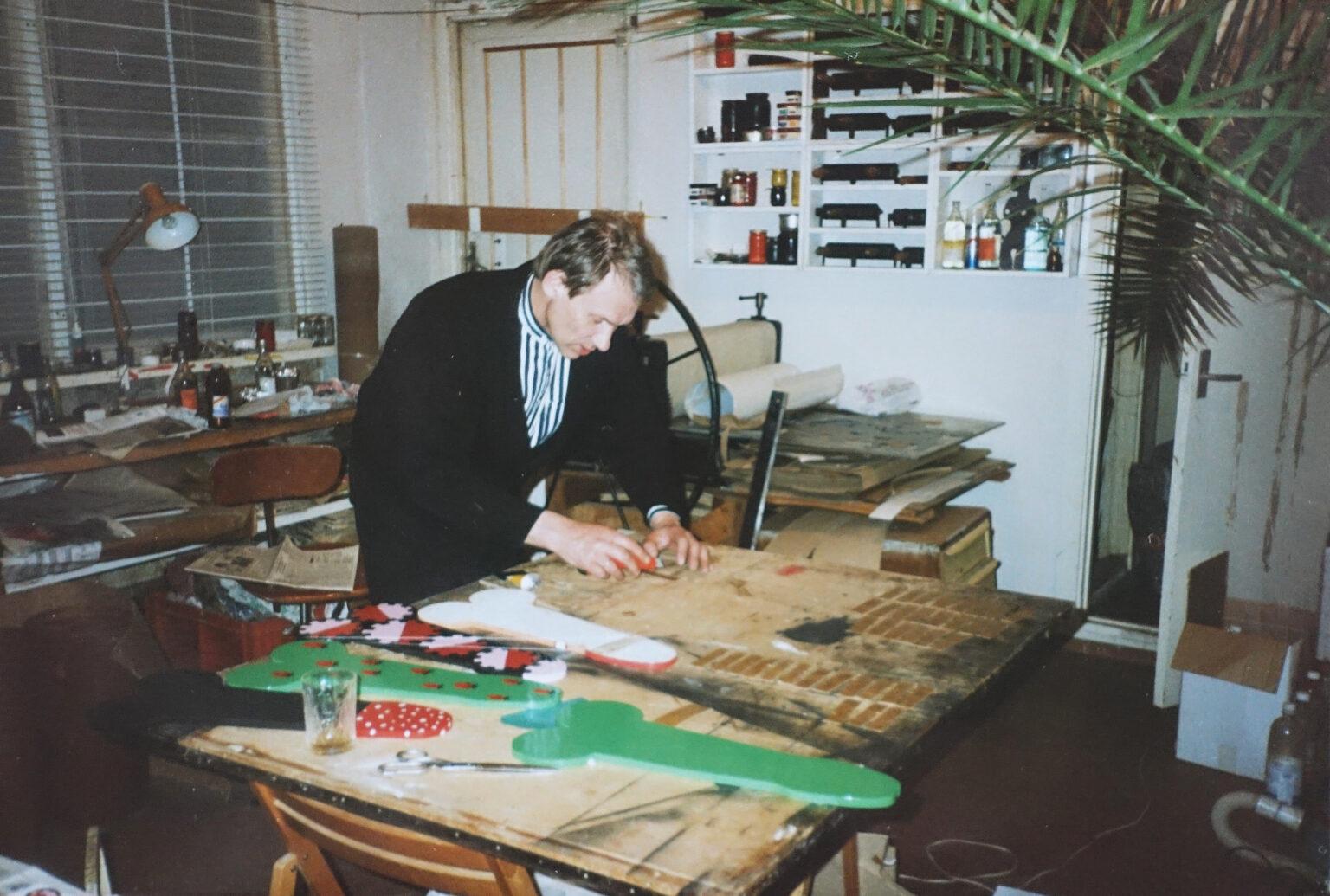 Jüri Kaarma aastal 1995 Lasnamäe ateljees. Paremal nurgas paistab palmipuu, mis täitis ateljee, kõrgudes peaaegu neljameetrise laeni. Palm elas 44-aastaseks. Foto: Eve Kask