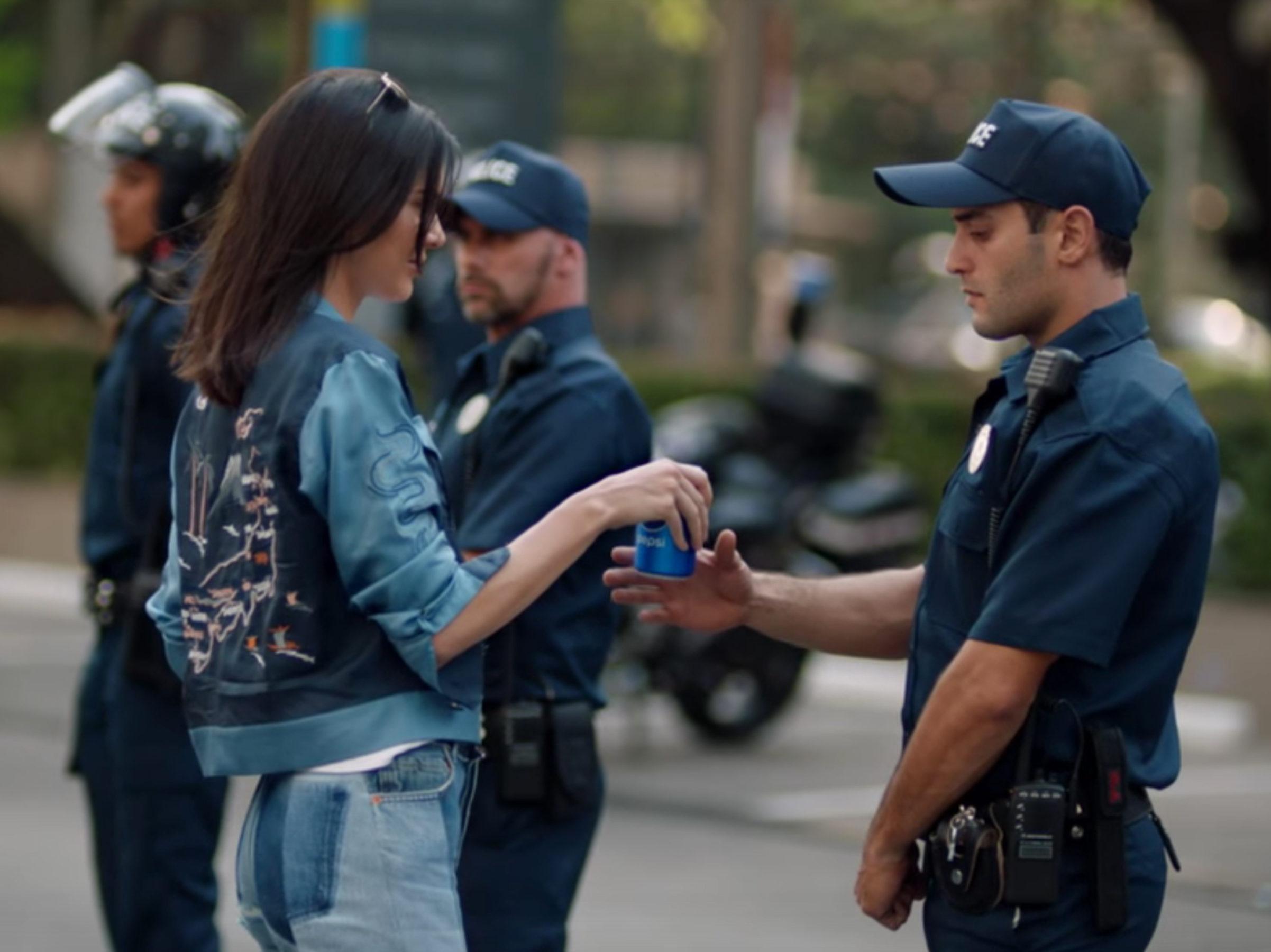 Kaader vastuolulisest Pepsi reklaamist Kendall Jenneriga