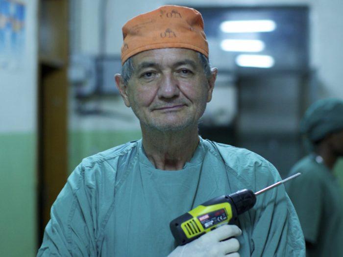 """Kaader filmist """"Mässav kirurg"""""""