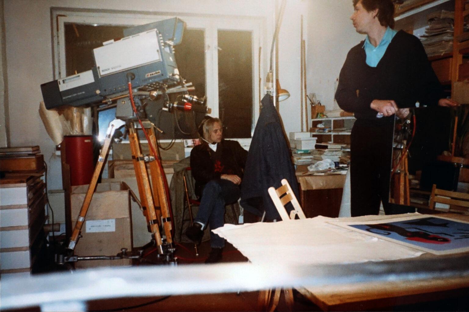 """Saatesarja """"Eesti nüüdiskunst"""" filmimine 1990. aastal. Selline suur kaamera toimis koos maja ette pargitud kaamerabussiga, juhtmed jooksid aknast kümme korrust alla. Foto: erakogu"""