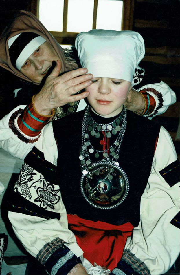Seto pulmas pandi neiule linik pähe ja sellega sai neiust abielunaine, kes ei tohtinud enam linikuta üle toagi kõndida. Jane Tuik ja Maria Rõžikova seto pulma lavastuses, 2001. aastal. Foto Tiiu Kunst