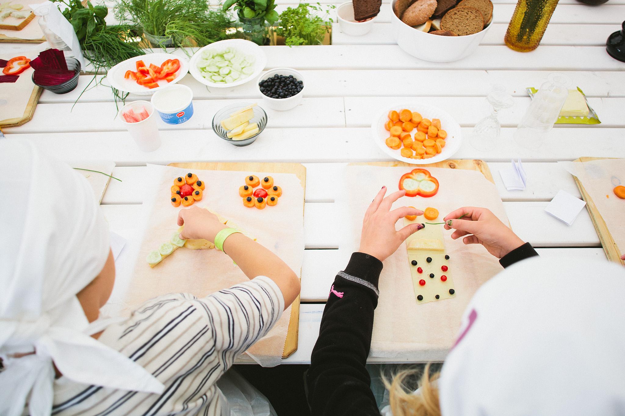 Lapsed valmistamas toidust tähestikku. Foto: Rasmus Jurkatam