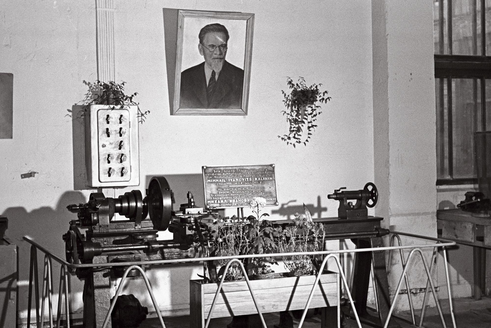 See fakt, et punarevolutsionäär M.I. Kalinin töötas 1901–1903 raudtee peatehases, vallandas sotsialismi ajal tema tööpingi kultuse. Tööpingist kujundati omamoodi altar, 1962. Foto: O.Juhani / Rahvusarhiivi fotoarhiiv