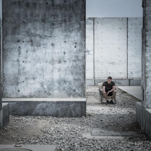 """Priit Simson (Eesti Päevaleht) """"Kaotatud sõda"""". Afganistanis Camp Bastionis tõmmati 2014. aastal otsad kokku. Lõppes ka eestlaste kümneaastane missioon. Meie sõjameestest jättis elu võõrsile üheksa ja vigastatult naasis 90."""