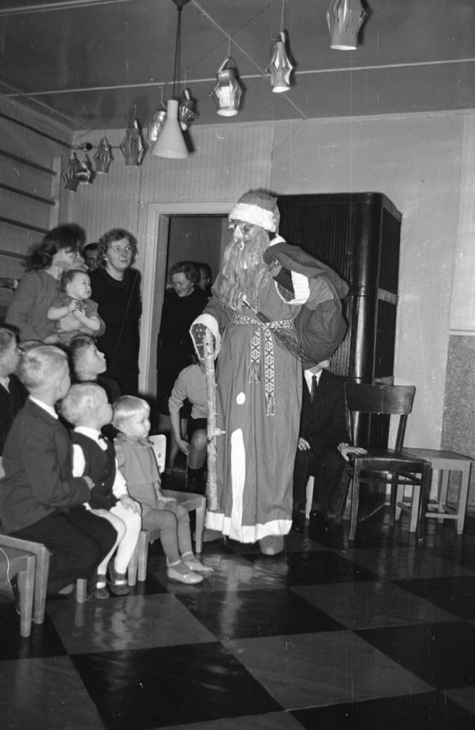 ERM Fk 2834:1435 Näärivana lasteaia nääripeol 1960. aastate lõpul. Foto: Agnes Tõldsepp.