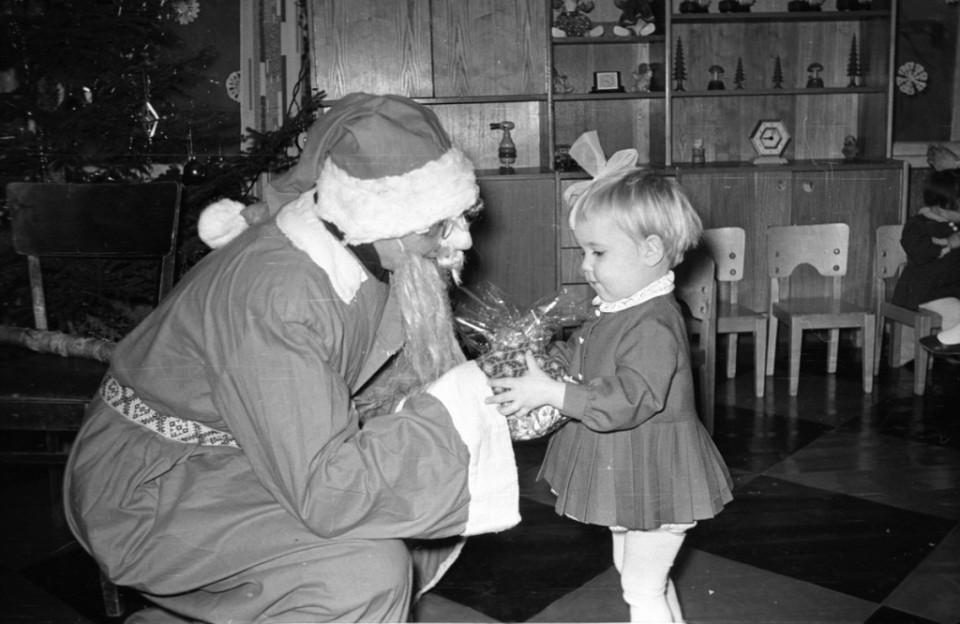 ERM Fk 2834:1439 Näärivana kingitust andmas 1960. aastate lõpul. Foto: Agnes Tõldsepp.