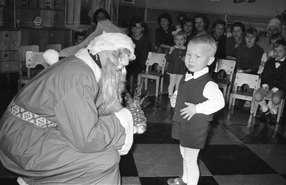 ERM Fk 2834:1442 Näärivana kingitust andmas 1960. aastate lõpul. Foto: Agnes Tõldsepp.