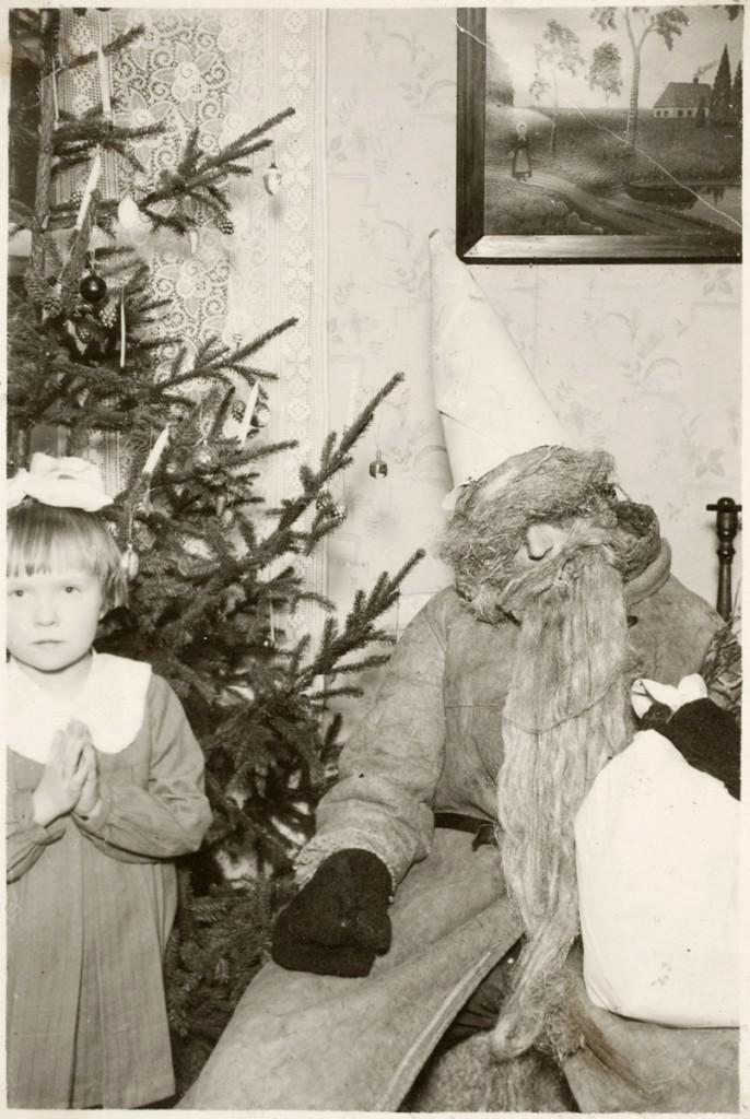 ERM Fk 2871:2 Jõulud Narvas 1930. aastate lõpul, Aime jõuluvanaga. Fotograaf teadmata.