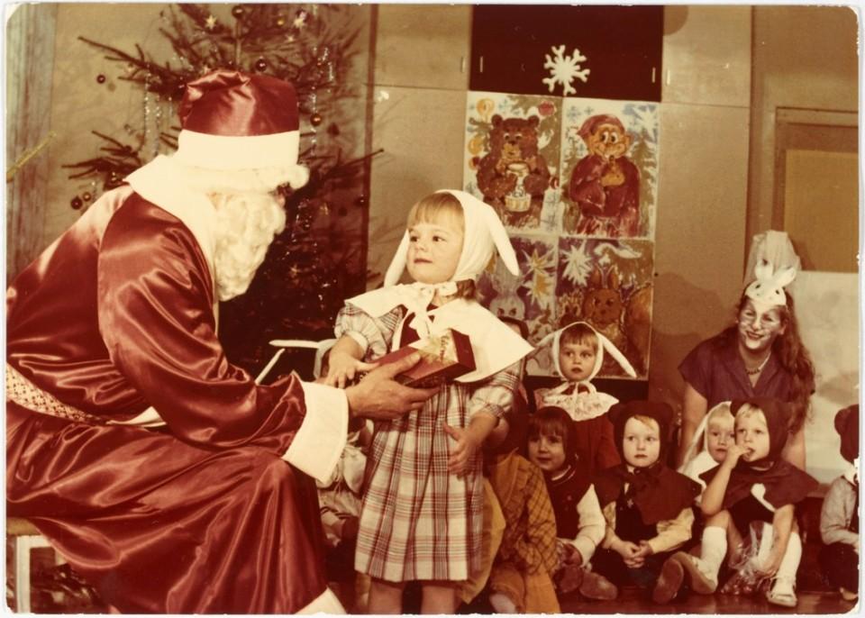 ERM Fk 2909:1344 Saadjärve kolhoosi lastepäevakodu nääripidu 1985. aastal, Kristi näärivana käest kingitust võtmas. Fotograaf teadmata.