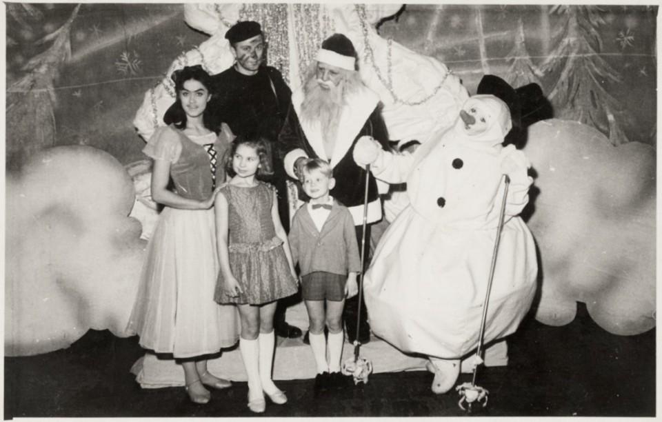 ERM Fk 2977:1026 Lapsed jõuluvana, lumememme ja muude tegelastega. Fotograaf teadmata.