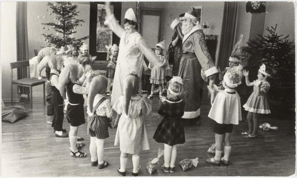 ERM Fk 2909:1339 Saadjärve kolhoosi lastepäevakodu nääripidu 1986. a. Fotograaf teadmata.
