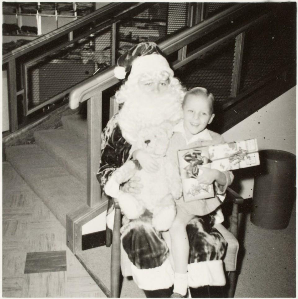 ERM Fk 2960: 9165 Hans Fred jõuluvana süles istumas umbes 1950–1960. aastatel USA-s. Fotograaf teadmata.