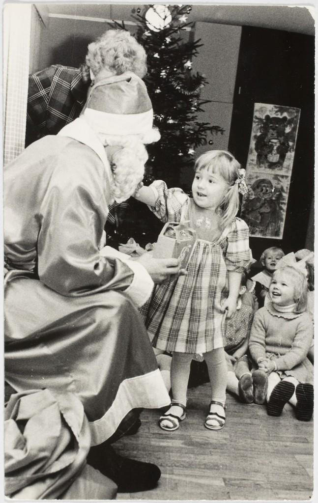 ERM Fk 2909:1337 Saadjärve kolhoosi lastepäevakodu nääripidu 1986. aastal, Liina näärivanale pai tegemas. Fotograaf teadmata.