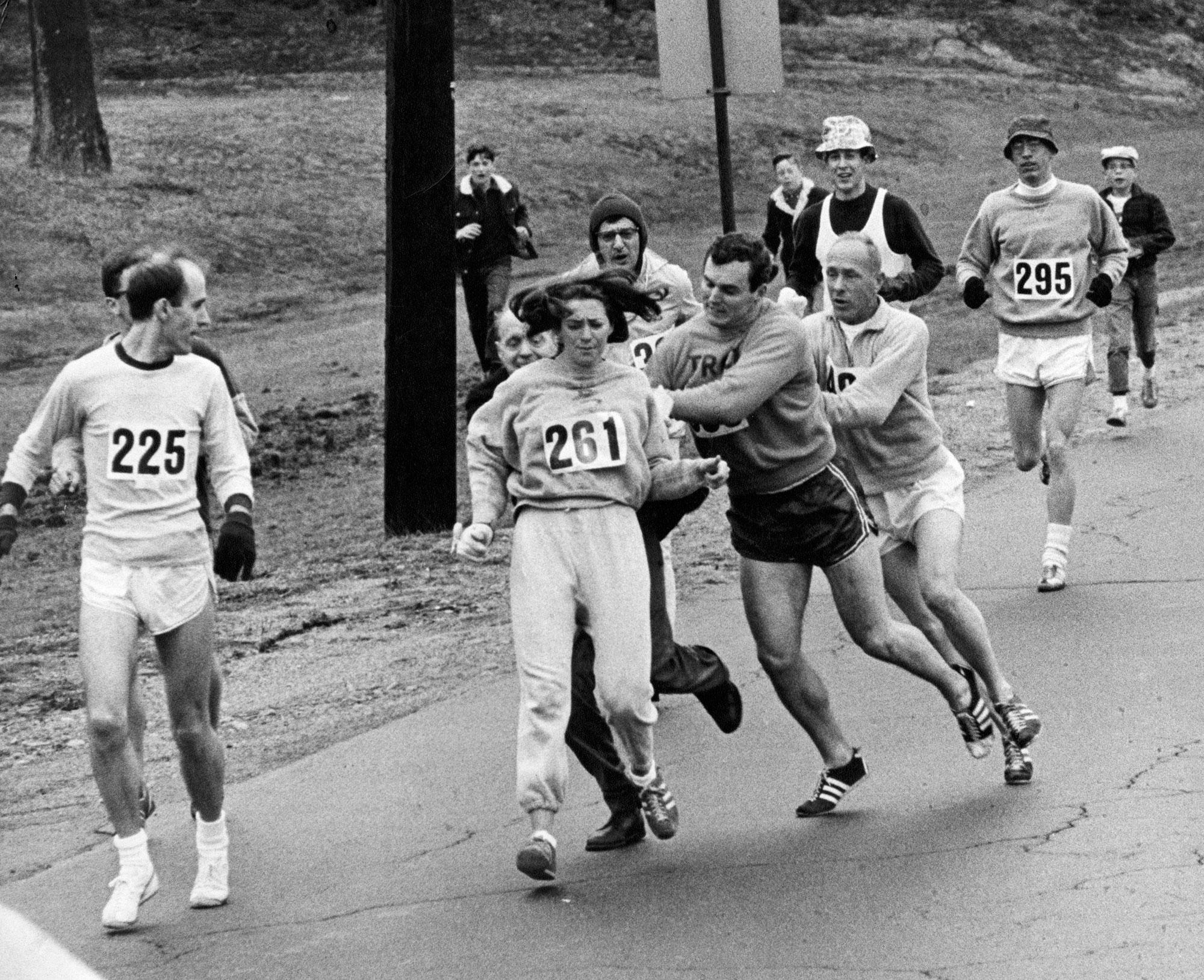 Kathrine Switzer 1967. aastal esimese registreeritud naisena Bostoni maratoni läbimas. Ikooniline fototabamus hetkest, mil jooksu korraldaja Jock Semple üritab Switzerilt numbrit ära tõmmata. Tänu kaasvõistlejate, kelle hulgas oli ka Switzeri elukaaslane, toetusele ja sekkumisele õnnestus naisel legendaarne võistlus küll lõpetada, aga ametlikult lubati naised Bostoni maratonile alles 1972. aastal. Foto: Paul Connell / The Boston Globe / Getty
