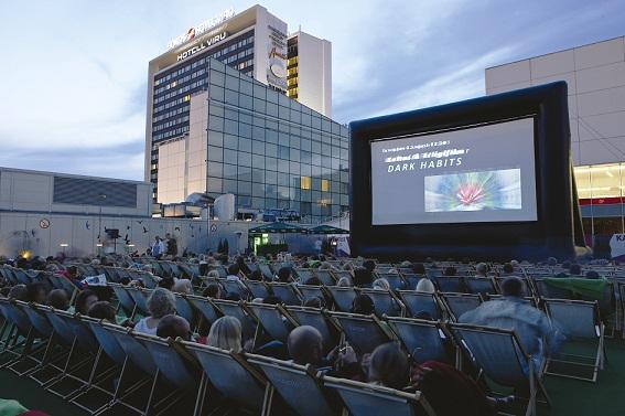 Katusekino on võrratu näide sellest, kuidas kinode suvine põuaperiood on pööratud kasumlikuks ettevõtmiseks. Foto: Kalle Veesaar