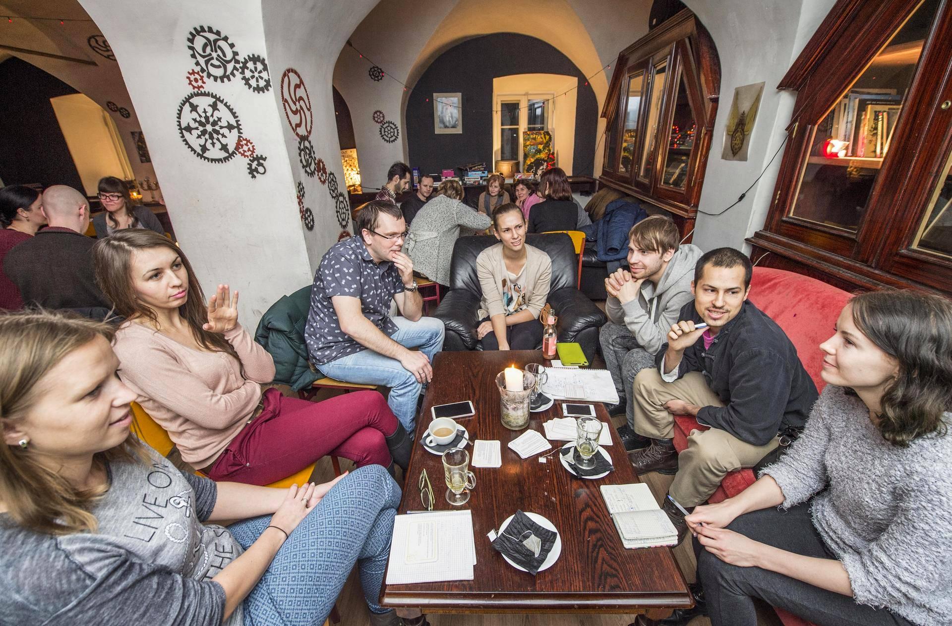 Keelegrupp koguneb igal esmaspäeval kell 18:15 Kelmis. Foto: Helsingin Sanomat