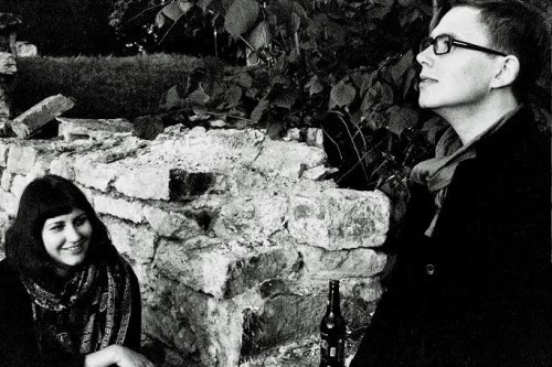 Kertu Moppel ja kunstnik Arthur Arula Põhuteatri haual. Foto: Maria Lee Liivak