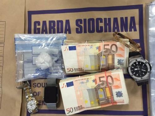 Kinahani jõuguga seotud kriminaalilt konfiskeeritud esemed. Foto: Herald.ie